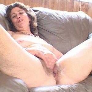 Весёлая бабуля мастурбирует