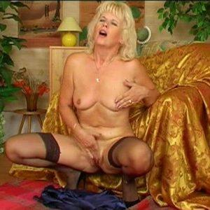 Зрелая блондинка ласкает свой клитор