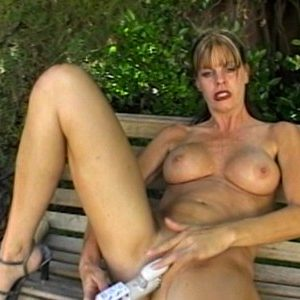 Женщина мастурбирует на улице