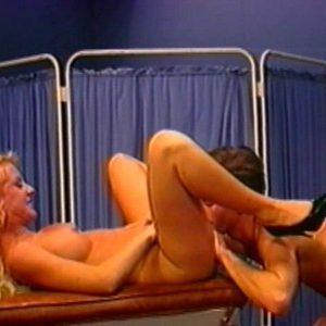 Блондинка Marilyn Martyn наслаждается куннилингусом