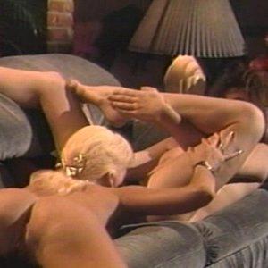 Блондинка вылизывает киску подружке
