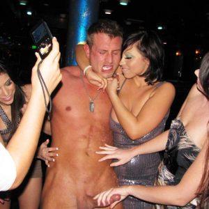 Компания горячих девшек в стрип-клубе