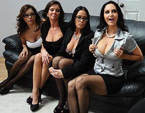 Четыре женщины устроили боссу оргию в офисе