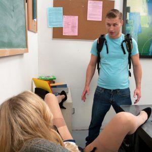 Училка Джулия Энн раздвинула ноги для студента