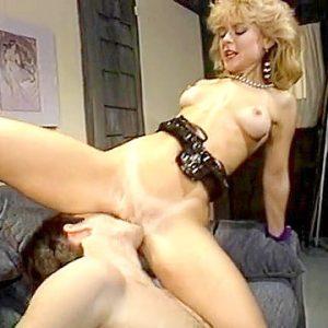 Развратная блондинка в ретро xxx видео