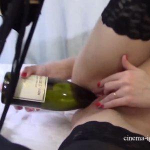 Девушка поласкала свою пиздёнку бутылкой из под вина